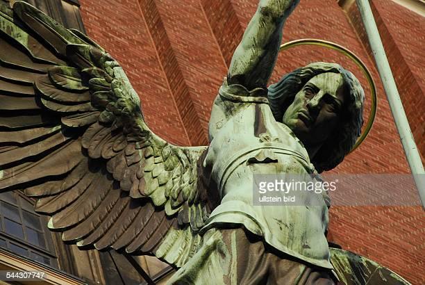 Deutschland Hamburg Neustadt Statue des Erzengel Michael ueber dem Portal der Kirche St Michaelis