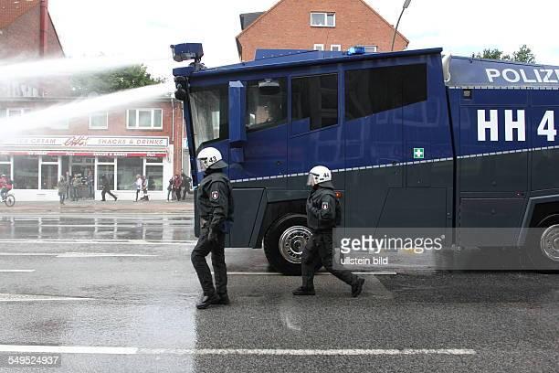 Strassenblockaden gegen die Neonazidemonstration im Stadtteil Wandsbek Wasserwerfer der Polizei gegen linke Demonstranten