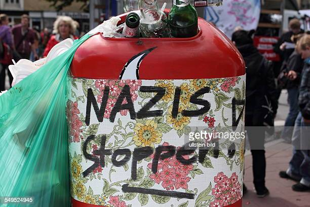 Strassenblockaden gegen die Neonazidemonstration im Stadtteil Wandsbek Mülleimer mit der AUfschrift Nazis stoppen