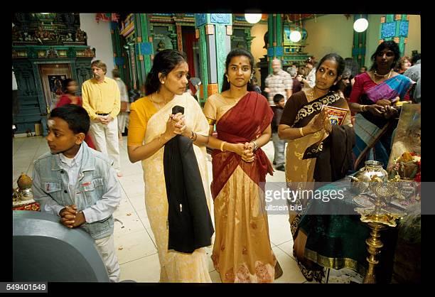 DEU Deutschland Hamm Besucher bei der Einweihungsfeier des Hinduistischen Sri Kamadchi Ampal Tempel in HammUentrop Der Neubau ist der groesste...