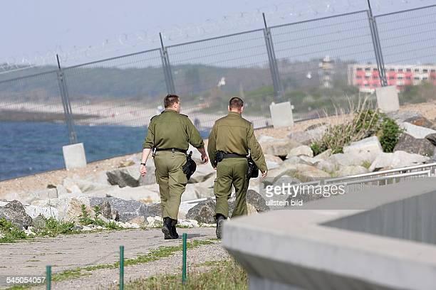 Deutschland / Heiligendamm; in Vorbereitung auf den G8 Gipfel patroullieren Polizisten innerhalb des Sicherheitszauns an der Uferpromenade