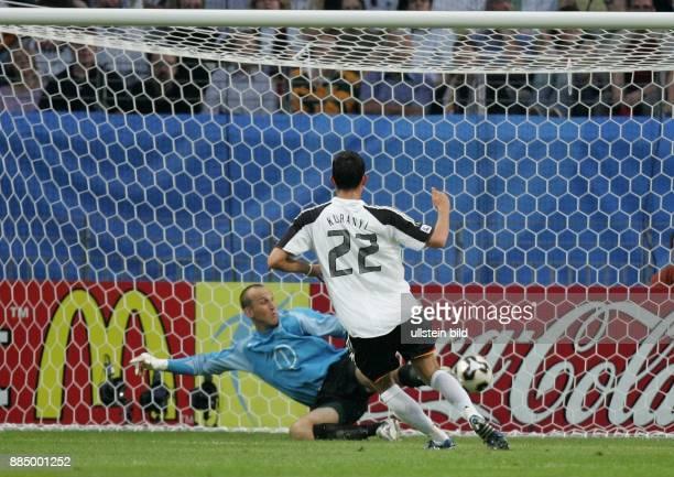 Deutschland Hessen Frankfurt FIFA KonföderationenPokal 2005 Gruppe A DeutschlandAustralien 43 Tor von Kevin Kuranyi zum 10 vorbei an Australiens...
