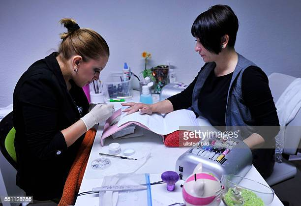 Mehr als nur Fußpflege ist die Arbeit des Podologen in seiner Praxis Der Helfer fuer Schuhwerk Gehen und Laufen wird zu einem wichtigen Helfer des...