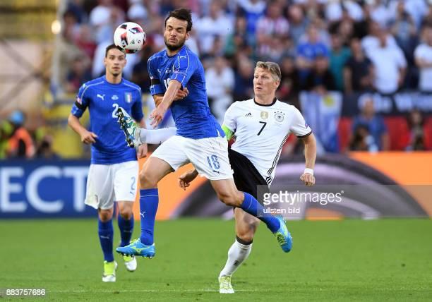 FUSSBALL Deutschland Italien Bastian Schweinsteiger gegen Riccardo Montolivo