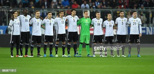 FUSSBALL Deutschland Italien Das Tea der Deutschen Mannschaft anlaesslich der Gedenkminute von links Sebastian Rudy Antonio Ruediger Shkodran Mustafi...