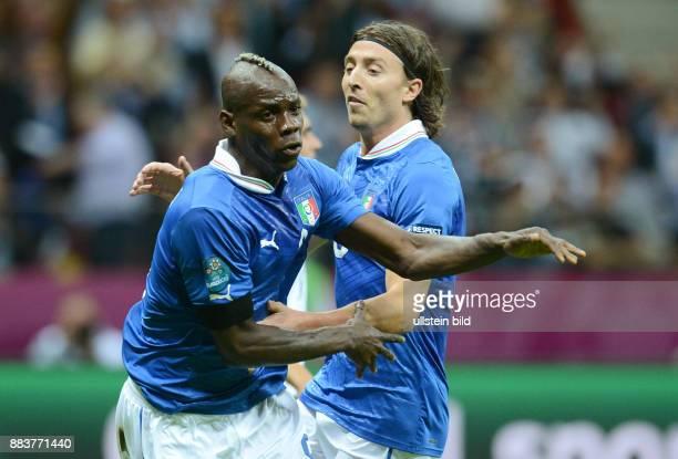 FUSSBALL EUROPAMEISTERSCHAFT Deutschland Italien Mario Balotelli und Riccardo Montolivo jubeln nach dem 01