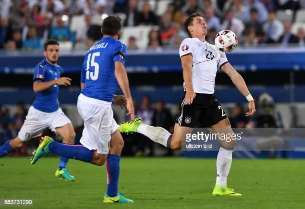 FUSSBALL Deutschland Italien Mario Gomez kann Andrea Barzagli enteilen