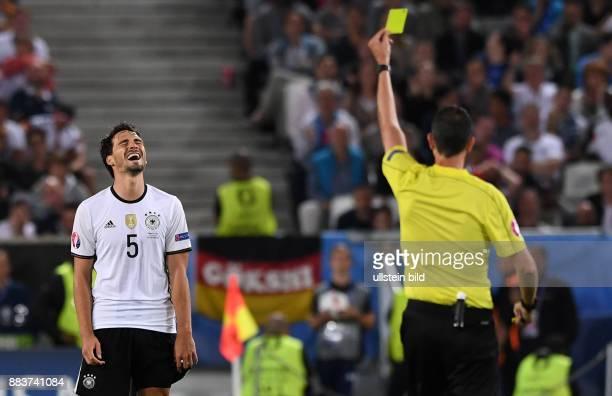 FUSSBALL Deutschland Italien Schiedsrichter Viktor Kassai zeigt Mats Hummels die gelbe Karte