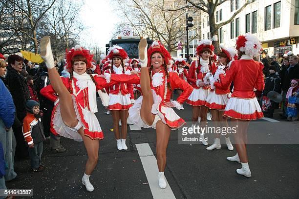 Deutschland Karneval Karnevalsumzug in Berlin Funkenmariechen auf dem Kurfuerstendamm