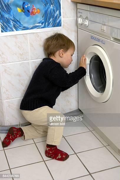 Deutschland Kolja untersucht eine Waschmaschine model released