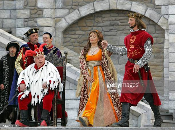 Deutschland MecklenburgVorpommern Ralswiek Lady Ann und Koenig Richard II mit dem Narren Johann von Gaunt und Stephen Scroop waehrend der Premiere...