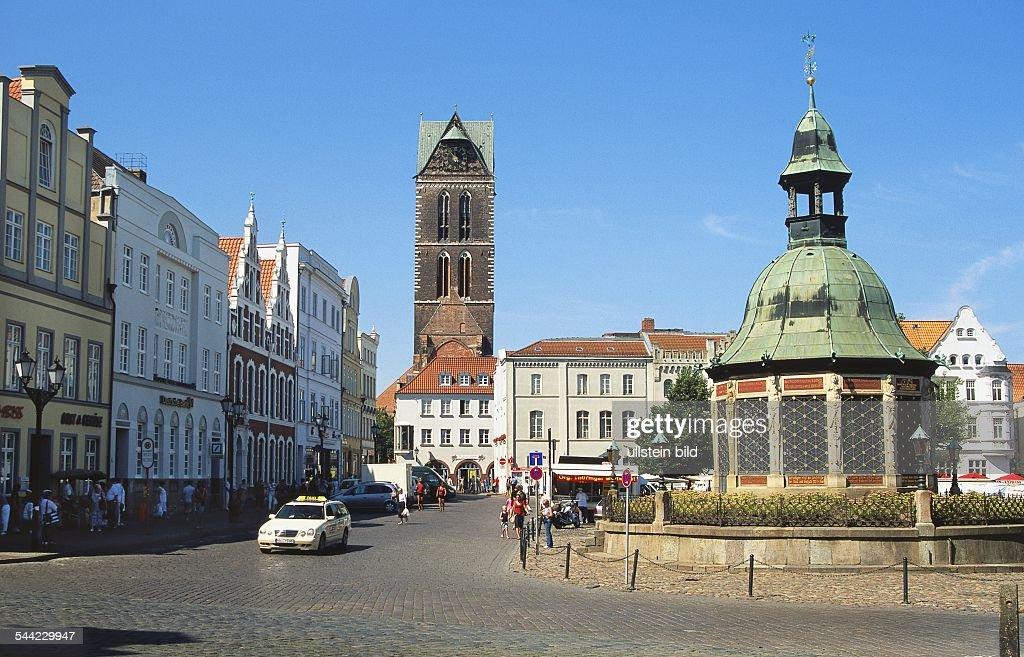 Wismar: Marktplatz Mit Brunnen