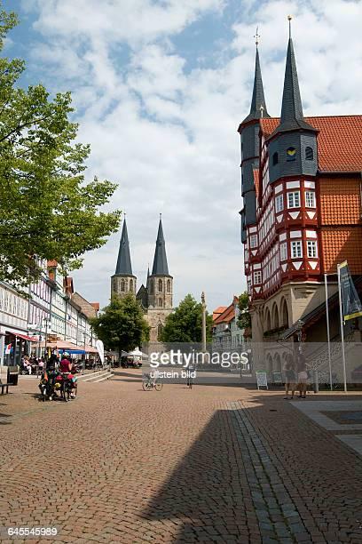 Deutschland Niedersachsen Duderstadt Markt Fachwerkhäuser Straßencafes Heilig Geist Kirche Rathaus