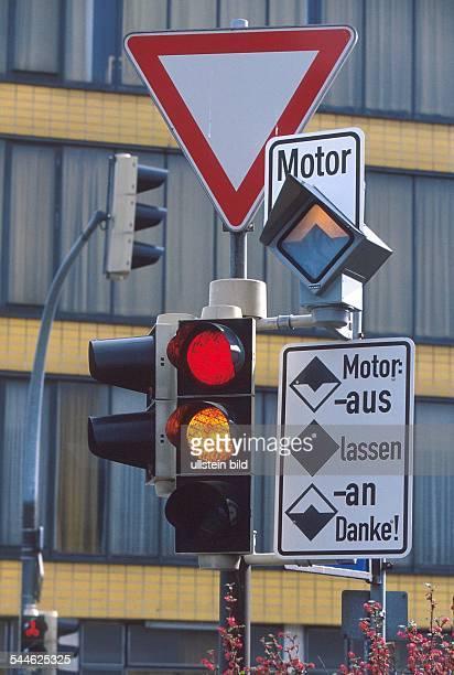 Deutschland Niedersachsen Goslar SparAmpel die seit 1993 in Goslar steht wurde entwickelt von der Intiative Beim Halten Motor abschalten
