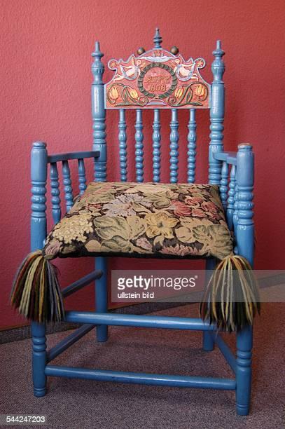 Deutschland Niedersachsen Jork Altlaender Stuhl aus dem Jahr 1838 im Standesamt von Jork