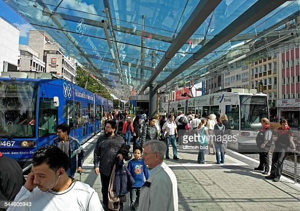 Deutschland NordrheinWestfalen Bonn Haltestelle des Oeffentlichen Schienennahverkehr fuer Stadtbahnen und Strassenbahnen am BerthavonSuttnerPlatz