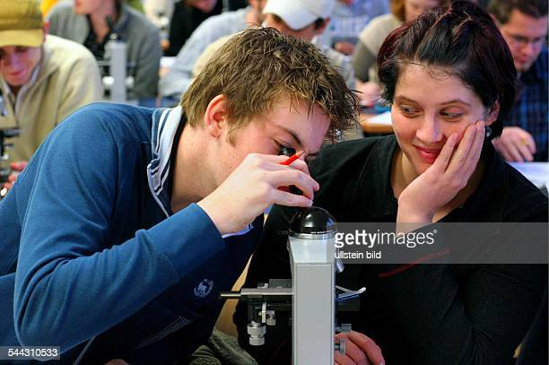 Deutschland NordrheinWestfalen Bonn Rheinische FriedrichWilhelmUniversitaet Naturwissenschaftliche Fakultaet BiologieStudenten des 1 Semesters im...