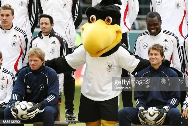 Deutschland NordrheinWestfalen Dortmund die deutschen Nationalspieler Oliver Kahn und Jens Lehmann sowie Lukas Podolski Oliver Neuville und Gerald...