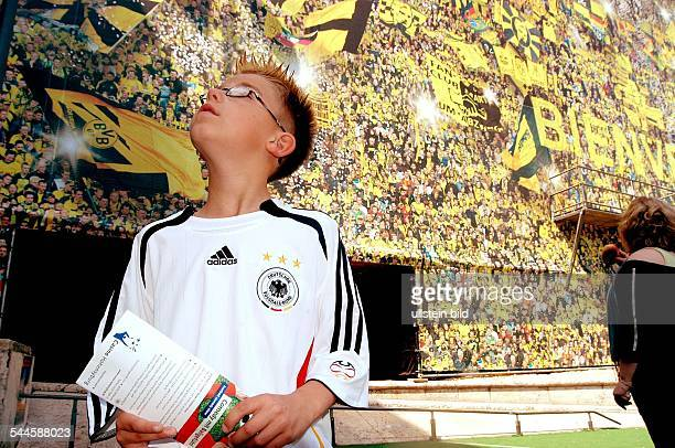 Deutschland NordrheinWestfalen Dortmund junger Fussballfan im DFBTrikot vor der Willkommenswand am Dortmunder Hauptbahnhof