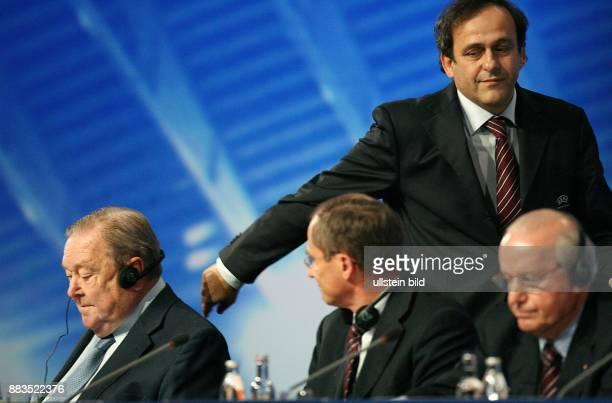 Deutschland NordrheinWestfalen Duesseldorf 31 Ordentlicher Kongress der UEFA der neugewaehlte Praesident Michel Platini geht an seinem abgewaehlten...