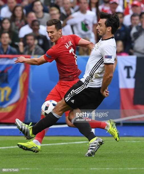 FUSSBALL Deutschland Polen Arkadiusz Milik gegen Mats Hummels