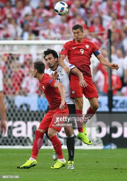 FUSSBALL Deutschland Polen Arkadiusz Milik und Robert Lewandowski gegen Mats Hummels