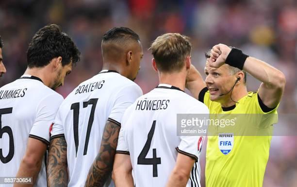 FUSSBALL Deutschland Polen Schiedsrichter Bjoern Kuipers instruiert die Mauer aus Mats Hummels Jerome Boateng und Benedikt Hoewedes
