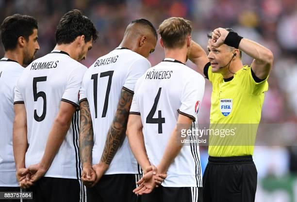 FUSSBALL Deutschland Polen Schiedsrichter Bjoern Kuipers instruiert die Mauer aus Sami Khedira Mats Hummels Jerome Boateng und Benedikt Hoewedes