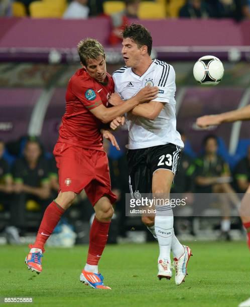 FUSSBALL EUROPAMEISTERSCHAFT Deutschland Portugal Fabio Coentrao gegen Mario Gomez