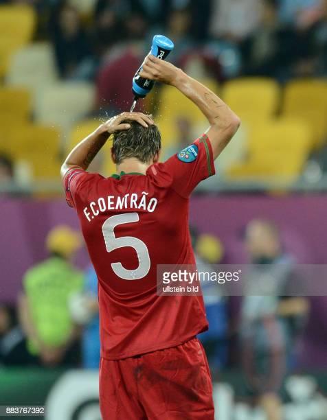 FUSSBALL EUROPAMEISTERSCHAFT Deutschland Portugal Fabio Coentrao goennt sich eine Erfrischung
