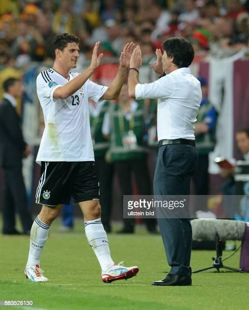 Deutschland - Portugal Mario Gomez und Trainer Joachim Loew klatschen sich ab