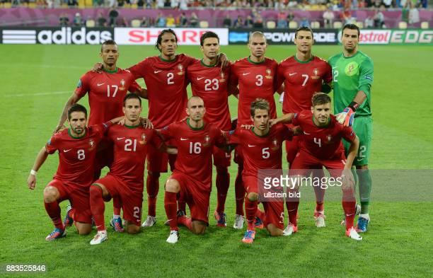 FUSSBALL EUROPAMEISTERSCHAFT Deutschland Portugal Teamphoto Portugal Hintere Reihe von links Nani Bruno Alves Helder Postiga Pepe Cristiano Ronaldo...