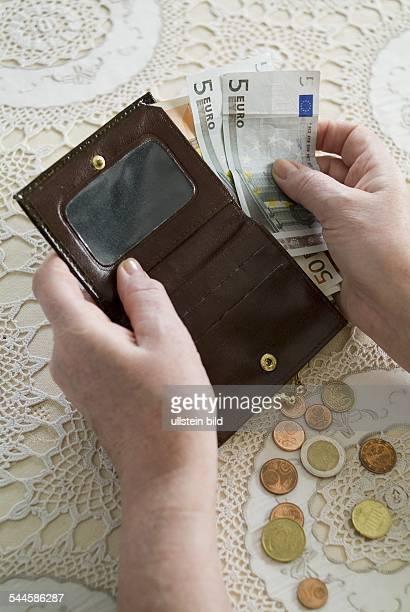 Deutschland - Rentnerin zaehlt ihre Ersparnisse