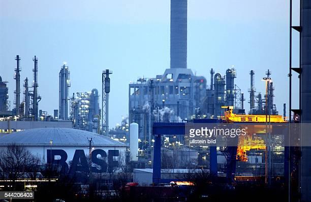 Deutschland RheinlandPfalz Ludwigshafen das BASF AG Stammwerk in Ludwigshafen ist die groesste Chemiefabrik der Welt