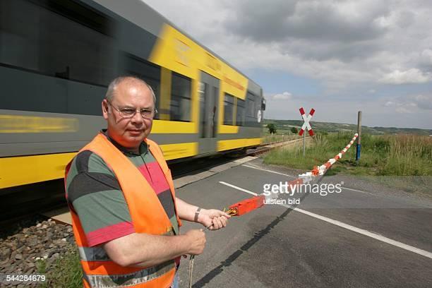 Deutschland Sachsen Anhalt Burgenlandbahn passiert die letzte 'lebende Schranke' in Sachsen Anhalt Schrankenwaerter sperrt bei Herannahen des Zuges...