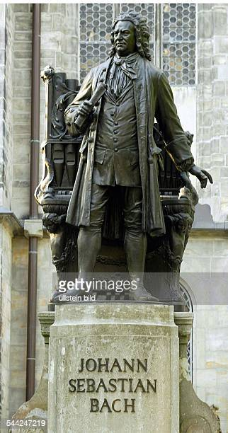 Deutschland Sachsen Leipzig Denkmal des Komponisten Johann Sebastian Bach an der Thomaskirche