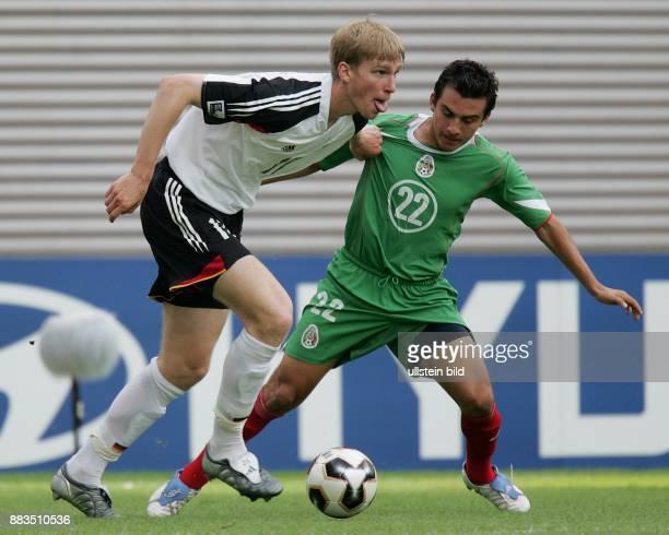 Deutschland Sachsen Leipzig FIFA KonföderationenPokal 2005 Spiel um Platz 3 DeutschlandMexiko 43 nach Verlängerung Zweikampf um den Ball zwischen Per...