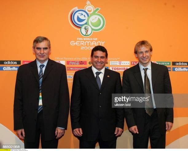 Deutschland Sachsen Leipzig Fussball Weltmeisterschaft 2006 Auslosung der Gruppenspiele der WM 2006 Vorrunden Pavel Janas Luis Suarez Jürgen...