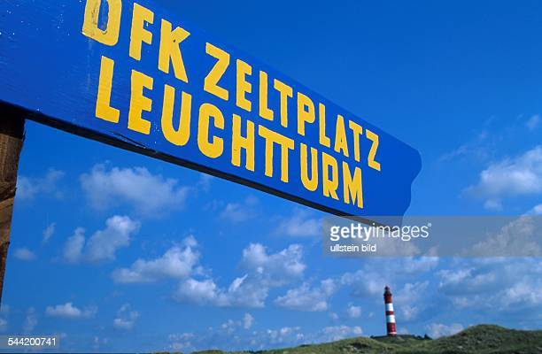 Deutschland SchleswigHolstein Insel Amrum Wegweiser am Strand weist auf FKK Zeltplatz