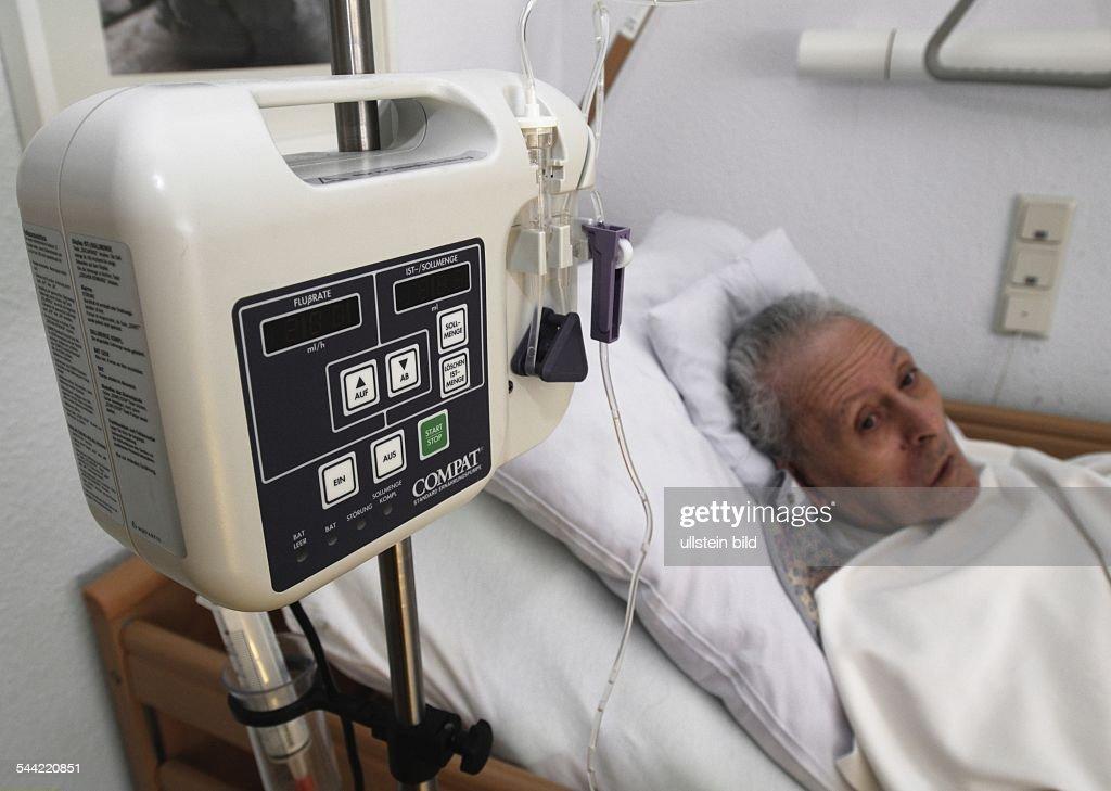 Alter Mann mit einer Milf