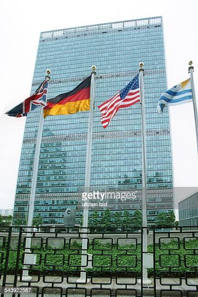 Deutschland strebt staendigen Sitz im UNSicherheitsrat an Fahnen vor UN Headquater in New York City Fotomontage