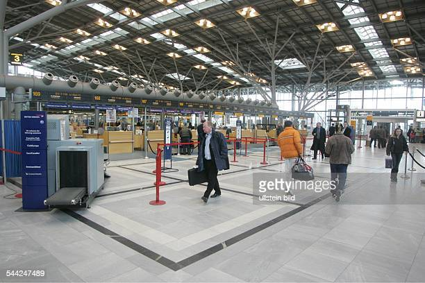 Deutschland Stuttgart Flughafen Stuttgart Passagiere im Terminal