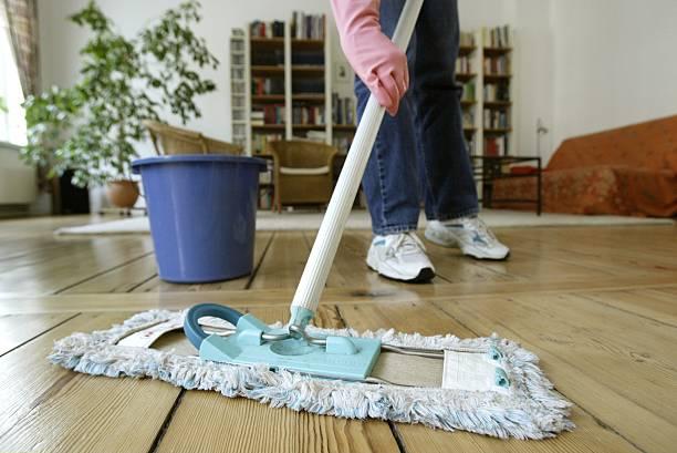 Fußboden Putzen ~ Putzen boden wischen pictures getty images