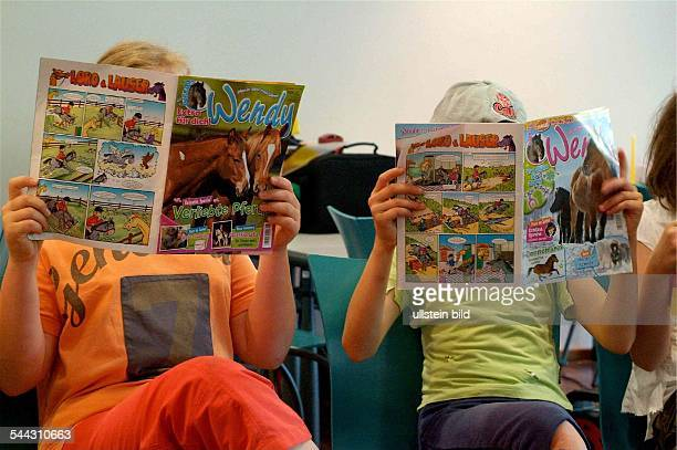 Deutschland Teenager Mädchen mit der Mädchenzeitschrift WENDY und dem klassischen Mädchenthema Pferde