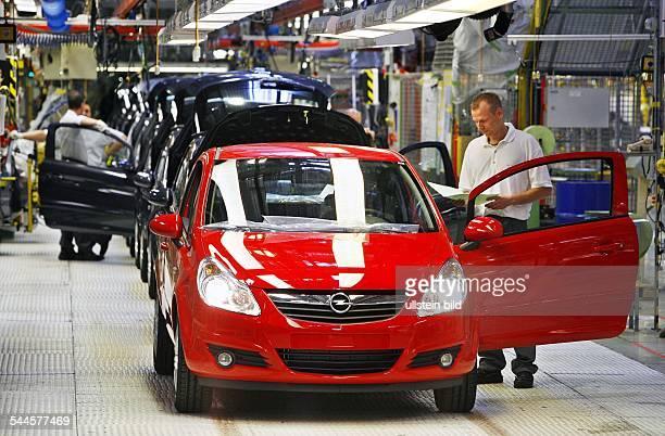 Deutschland Thüringen EISENACH Arbeiter montieren den neuen Opel Corsa am Band waehrend des offiziellen Produktionsstartes im Opelwerk Eisenach