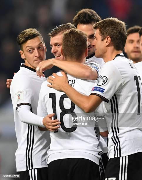 Deutschland - Tschechien Torjubel nach dem 2:0: Mesut Oezil, Toni Kroos, Joshua Kimmich, Mats Hummels und Thomas Mueller