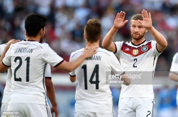 FUSSBALL Deutschland USA Ilkay Guendogan Patrick Herrmann und Shkodran Mustafi jubeln nach dem 10