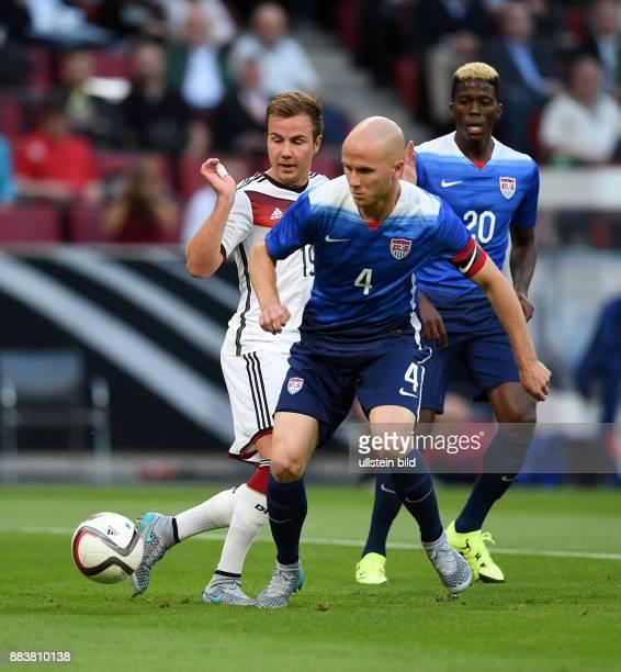 FUSSBALL Deutschland USA Mario Goetze gegen Michael Bradley und Gyasi Zardes
