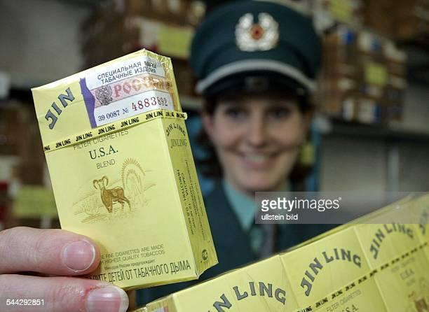 Deutschland Zigarettenschmuggel Zoll sichergestellte Zigarettenpackungen im Lager des Hauptzollamtes Stralsund Die Zigaretten mit einer russischen...