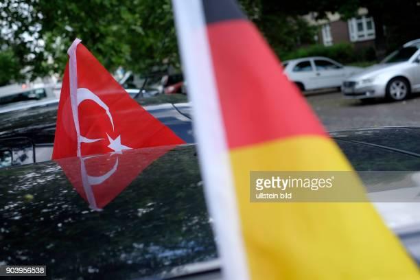 Deutschlandfahne und türkische Flagge an einem Auto in BerlinWedding anlässlich der FußballEuropameisterschaft 2016